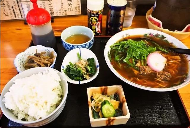 为什么日本人有主食配主食的吃法